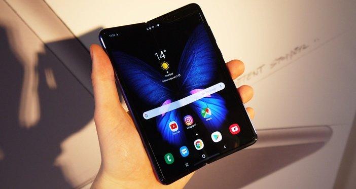 Galaxy Fold - первый складной смартфон Samsung с гибким экраном