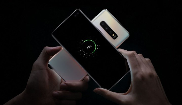 Reverse wireless charging in smartphones