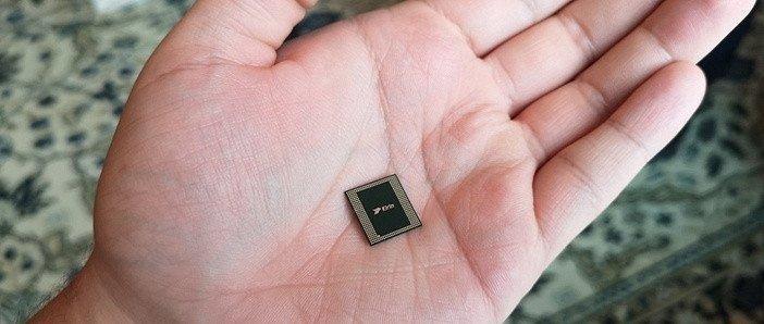 Мобильный процессор смартфона на ладони