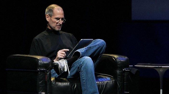 Стив Джобс смотрит в iPad