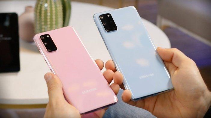 Розовый и голубой Galaxy S20 в руке