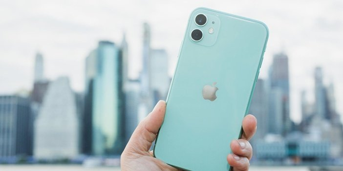 iPhone 11 в руках, тыльная сторона