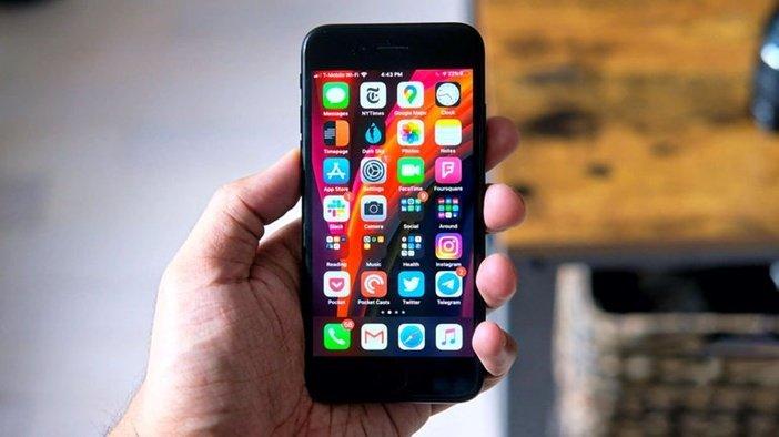 iPhone SE 2020 в руке, лицевая сторона, дисплей