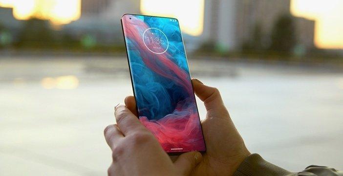 Motorola Edge с экраном водопадом в руках пользователя