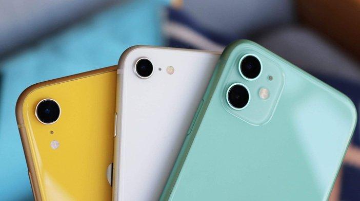 iPhone SE в окружении XR и iPhone 11