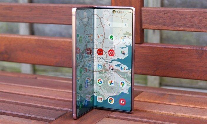 Приоткрытый гибкий экран Galaxy Z Fold 2
